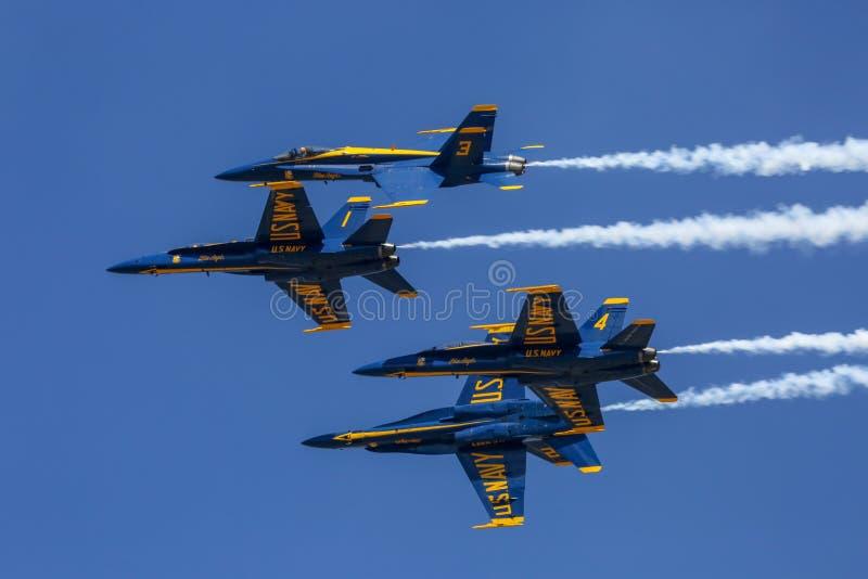 Показательный полет голубых ангелов на Солнц-n-потехе стоковые изображения