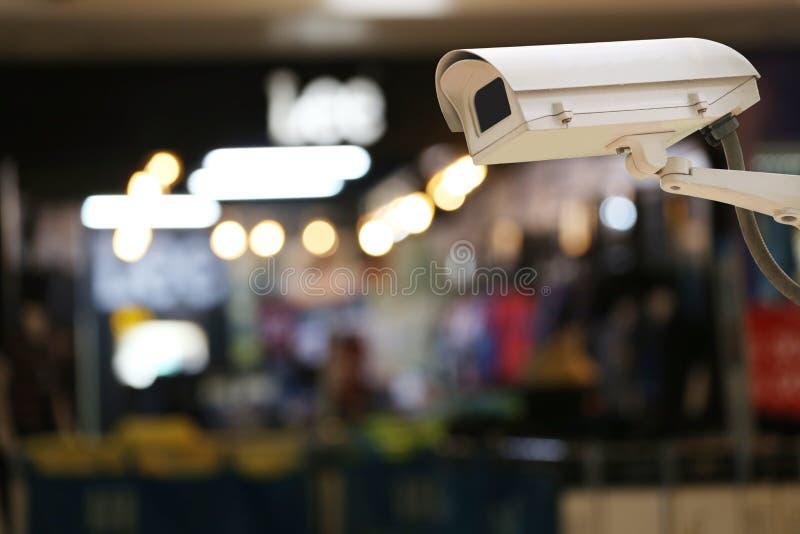 Показатель камеры CCTV на предпосылке нерезкости внутреннего ресторана стоковое изображение rf