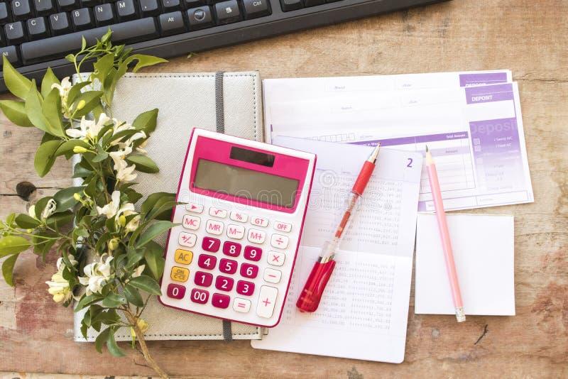 Показатель плановика тетради ежемесячный для денег финансовых и проверки стоковые изображения