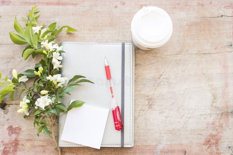 Показатель плановика тетради ежемесячный для финансового на столе офиса стоковые фотографии rf