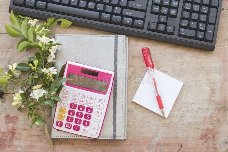 Показатель плановика тетради ежемесячный для финансового на столе офиса стоковая фотография rf