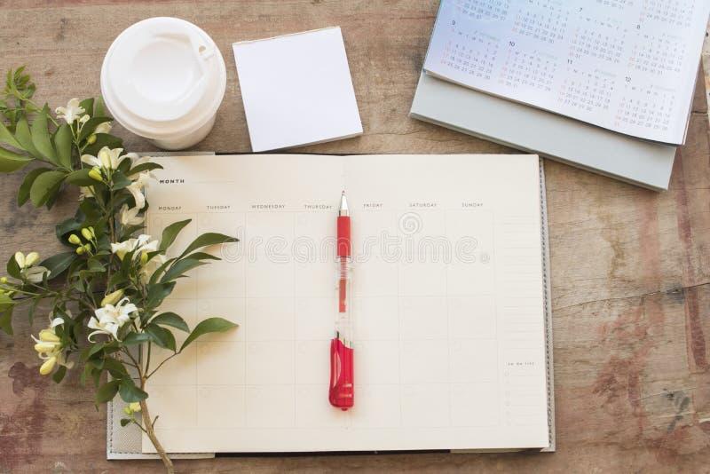 Показатель плановика тетради ежемесячный для финансового на столе офиса стоковые фото
