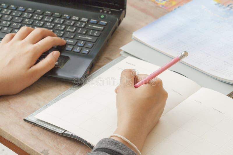 Показатель плановика тетради женщины работая ежемесячный для финансового стоковое фото