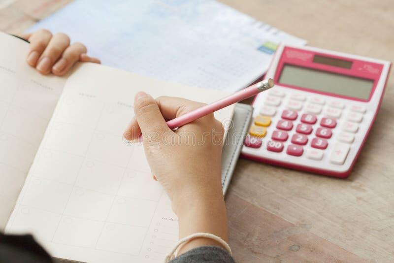 Показатель плановика тетради женщины работая ежемесячный для финансового стоковые изображения rf