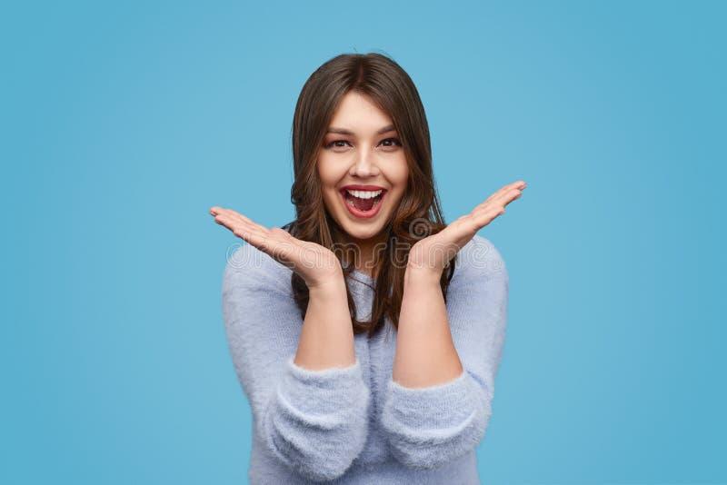 Показывать жестами счастливого добавочного размера женский с руками стоковая фотография rf