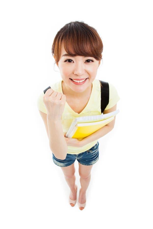 Показывающ большому пальцу руки красивого студента высокая угловая съемка стоковая фотография rf
