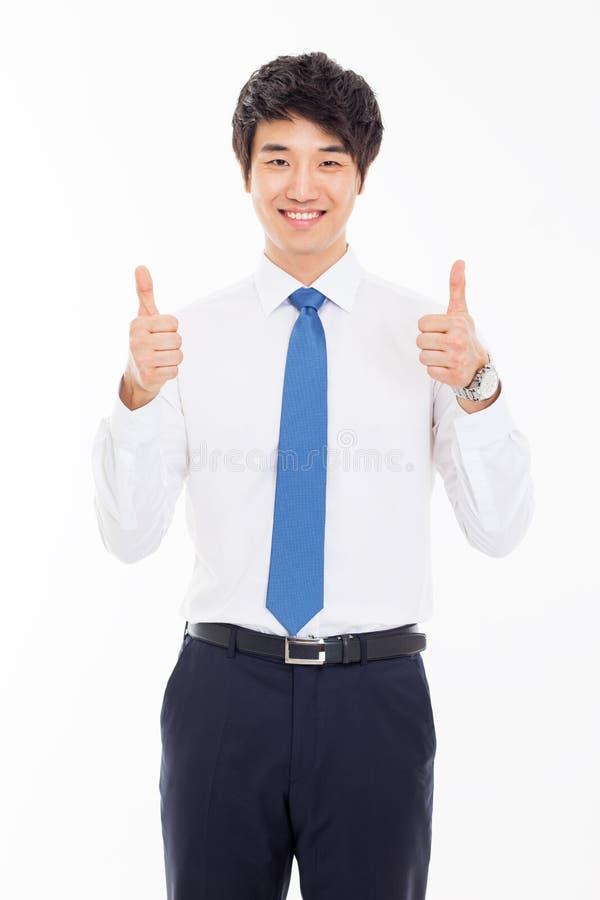 Показывающ большому пальцу руки молодой азиатский бизнесмена. стоковое фото rf