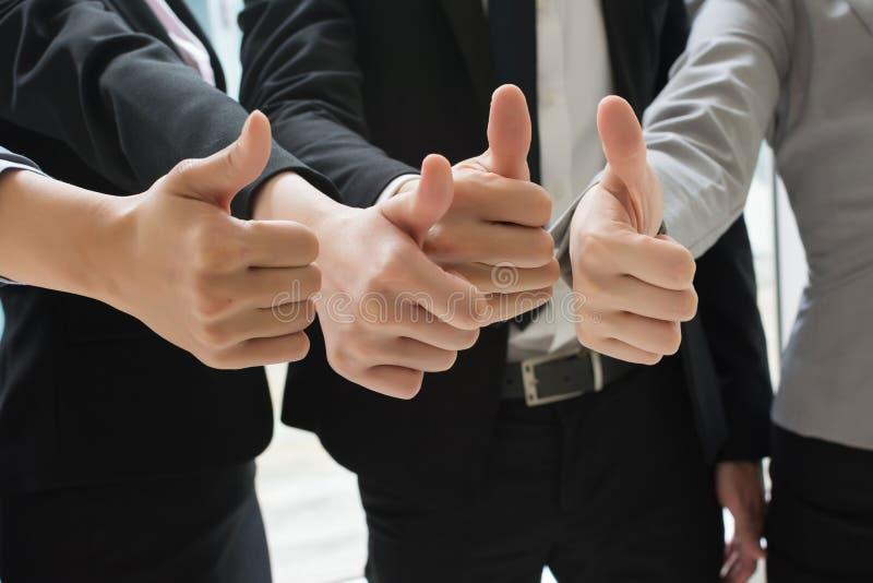 Показывающ большому пальцу руки поднимающий вверх жест стоковые изображения