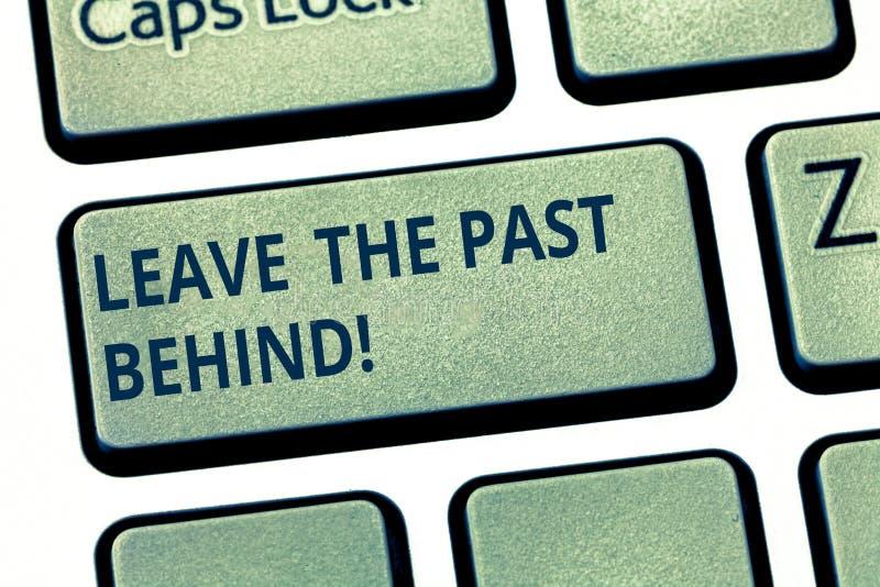 Показ знака текста выходит прошлый позади Не смотрят, что назад всегда идет схематическое фото вперед клавиша на клавиатуре мотив стоковое фото