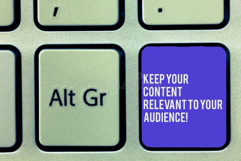Показ знака текста держит ваше содержание уместный к вашей аудитории Клавиша на клавиатуре маркетинговых стратегий схематического стоковое изображение rf