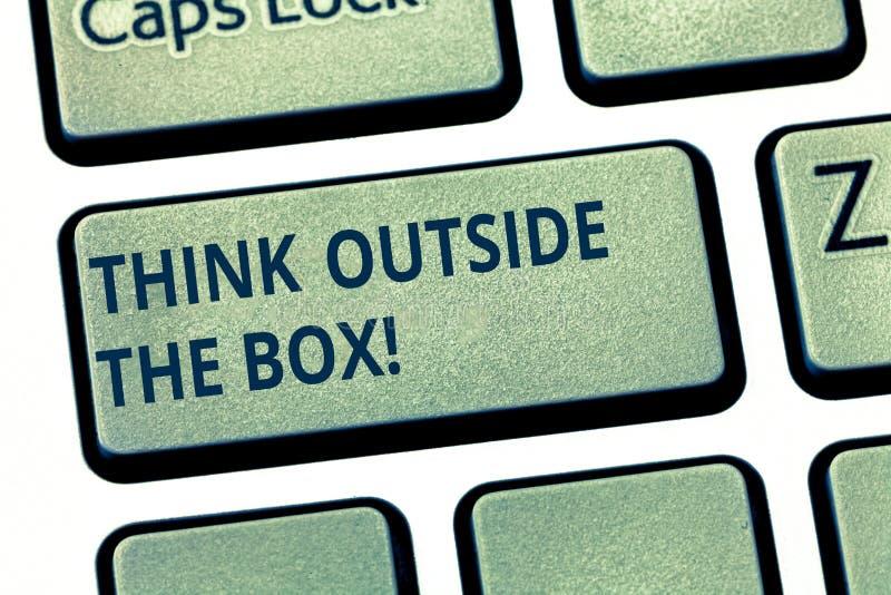 Показ знака текста думает вне коробки Схематическое фото уникальные различные идеи приносит коллективно обсуждать клавишу на клав стоковая фотография