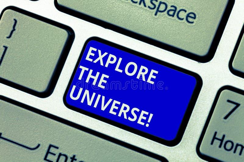 Показ знака текста исследует вселенную Схематическое фото открывает космос и время и их клавишу на клавиатуре содержания стоковое фото rf