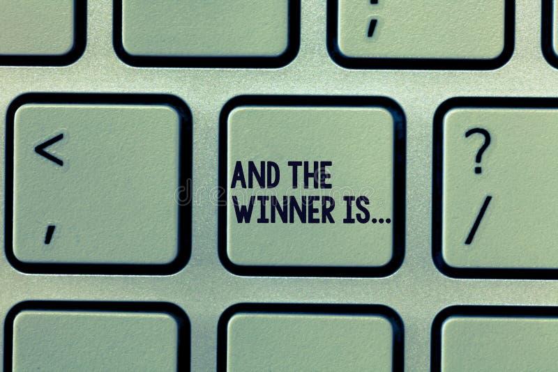 Показ знака текста и победитель Схематическое фото объявляя кого Виктор Achiever образца стоковые изображения