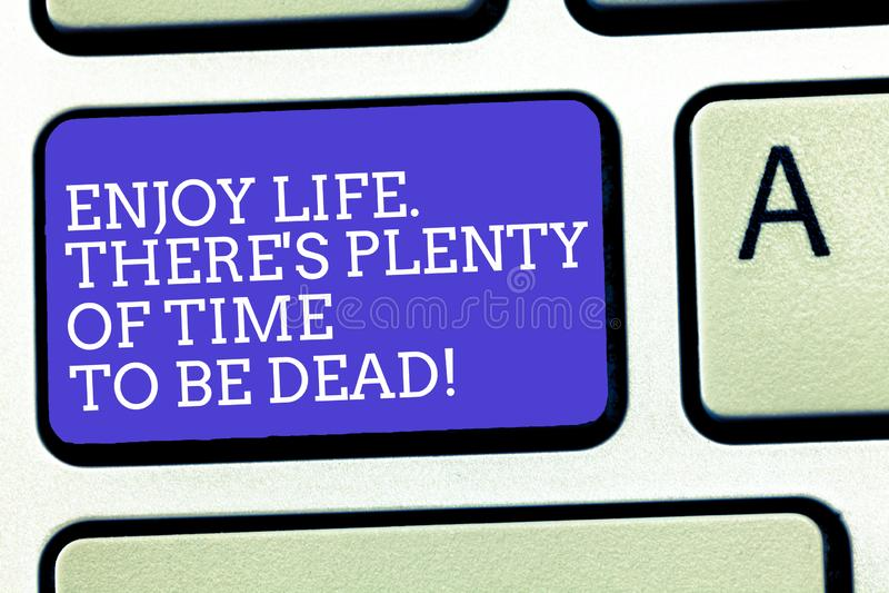 Показ знака текста наслаждается жизнью там s множество времени быть мертв Схематическое фото счастливо пока вы живы стоковое изображение rf