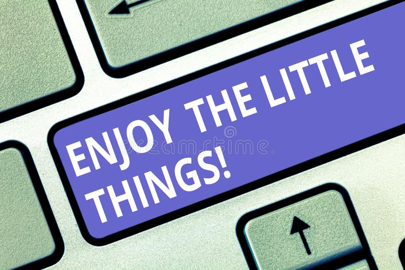 Показ знака текста наслаждается маленькими вещами Схематическое фото Get воодушевленный простыми деталями от клавиатуры мотивации стоковые фото