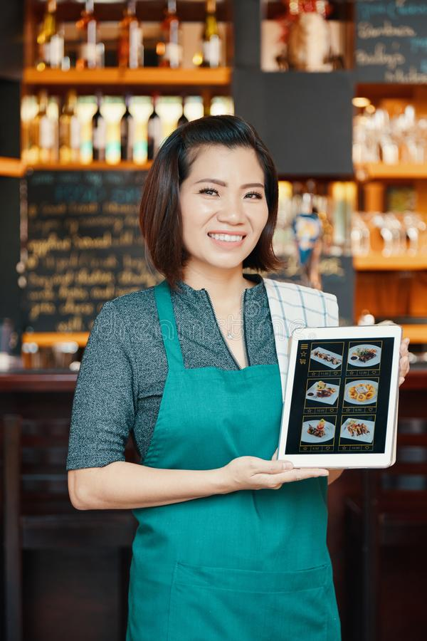 Показ официантки meny стоковые изображения