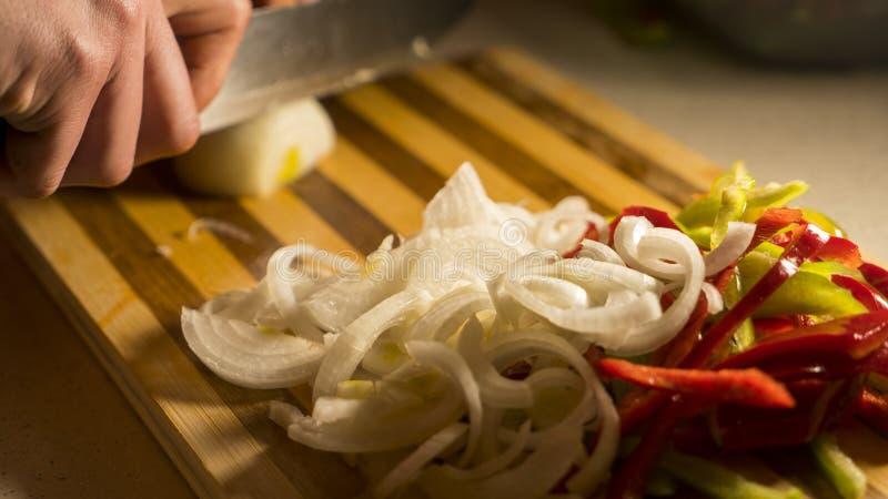 Пока шеф-повар режет лук стоковые фотографии rf