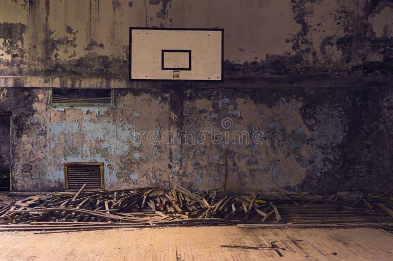 Покинутая баскетбольная площадка стоковые фотографии rf