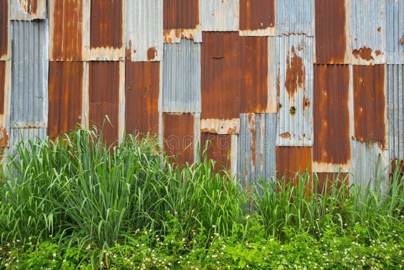 Покинутая винтажная стена металла, ржавой оцинкованной стали цинка стоковое фото