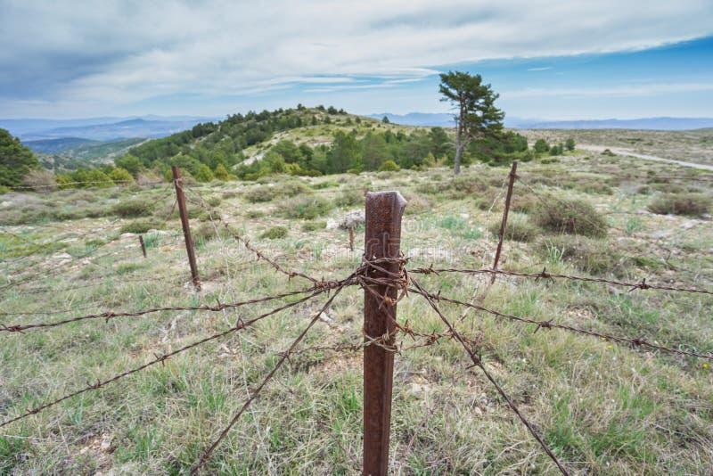 Покинутая воинская зона с ржавой спиковой загородкой стоковая фотография rf