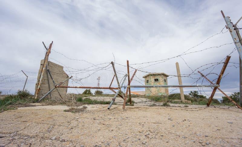 Покинутая воинская зона с ржавой спиковой загородкой стоковые фото