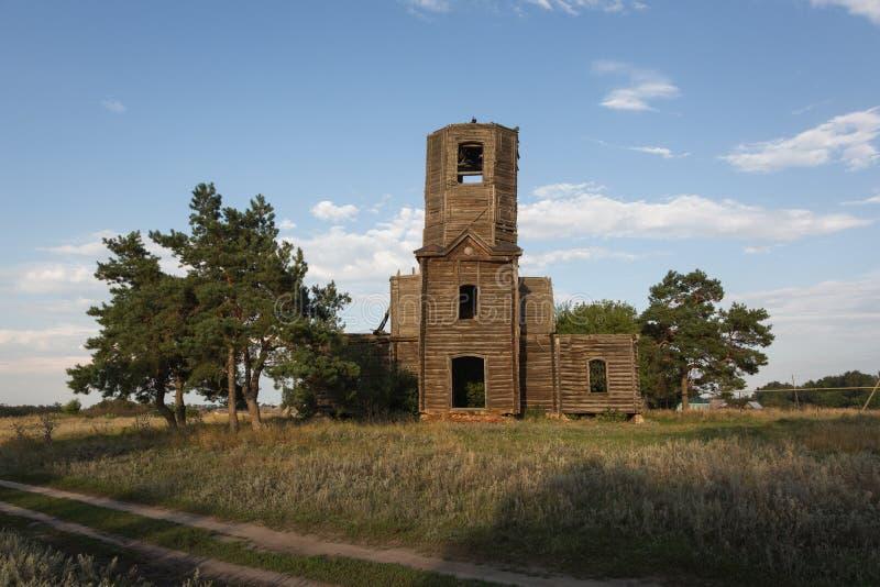 Покинутая деревянная церковь в ландшафте осени стоковые фотографии rf