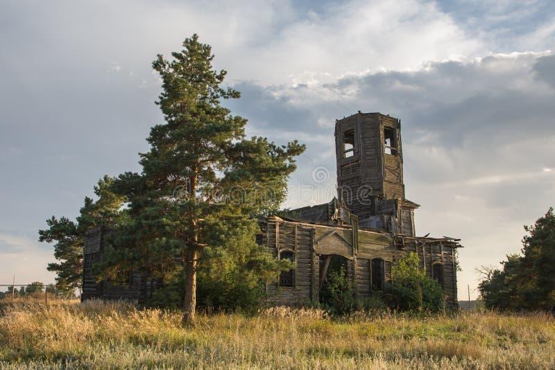 Покинутая деревянная церковь в ландшафте осени стоковое фото