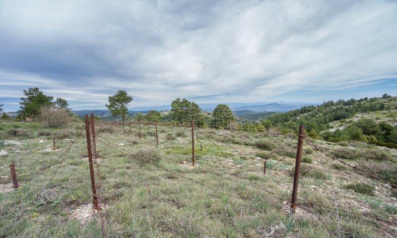 Покинутая загородка воинской зоны ржавая спиковая стоковые фото