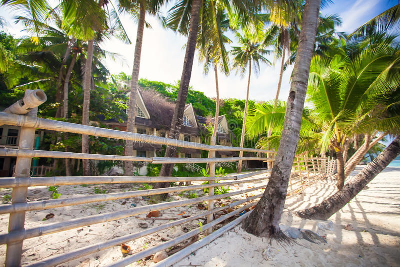Покинутая и дезертированная гостиница в джунглях дальше стоковые изображения