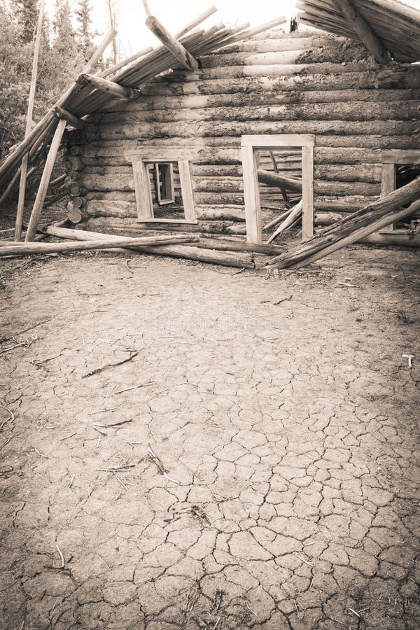 Покинутая кабина с треснутой землей стоковая фотография rf