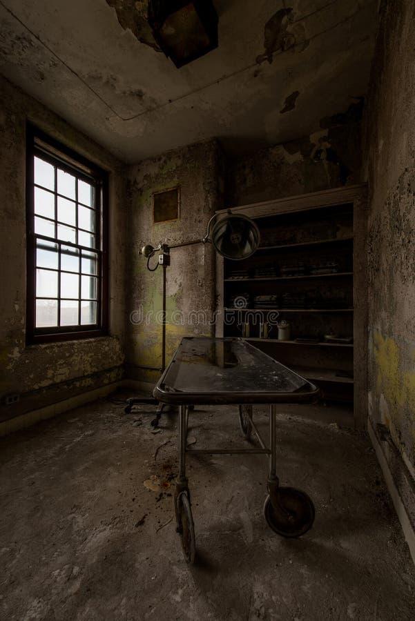 Покинутая каталка нержавеющей стали - получившаяся отказ государственная больница Westboro - Массачусетс стоковое фото rf