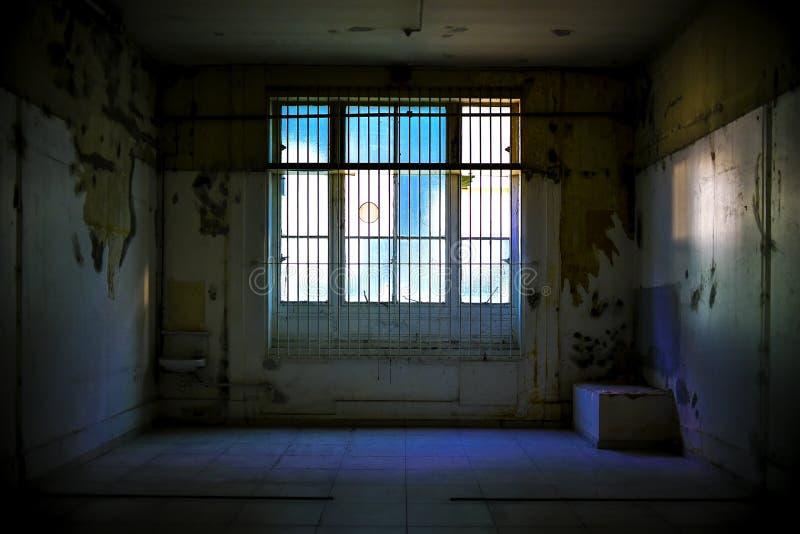 Покинутая комната с сломленными окнами стоковая фотография rf