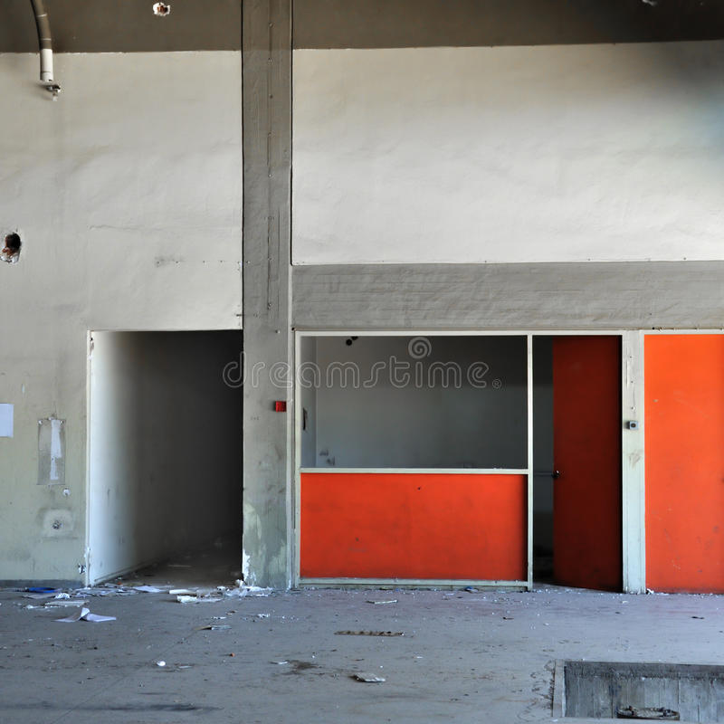 покинутая конкретная пустая стена комнаты фабрики стоковое изображение rf