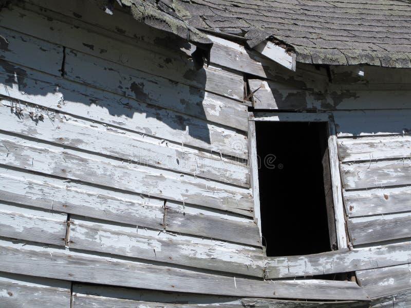 Покинутая обрушенная деревянная лачуга стоковые изображения rf
