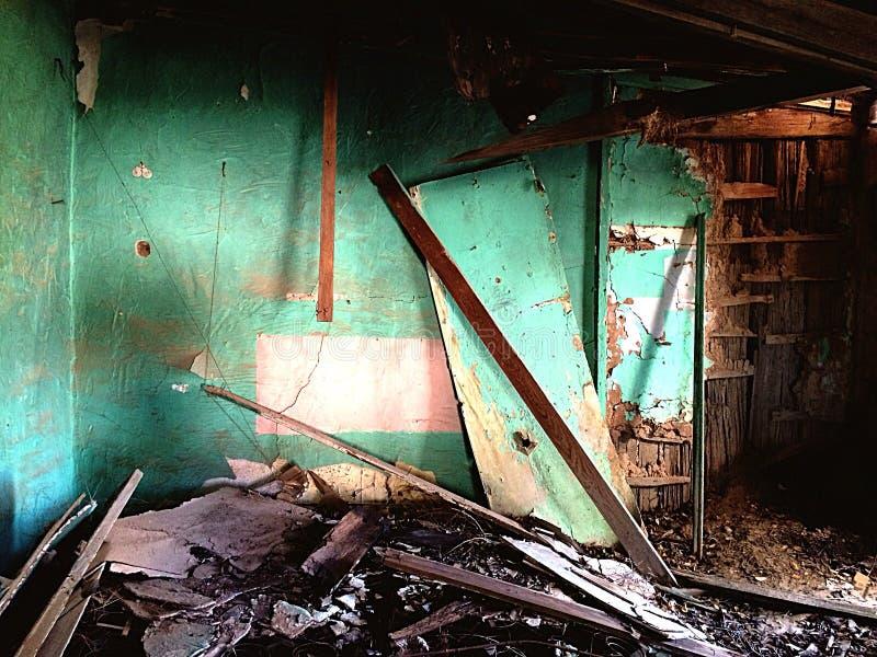 покинутая дом grunge кровати внутри грязного окна взгляда места стоковые фото
