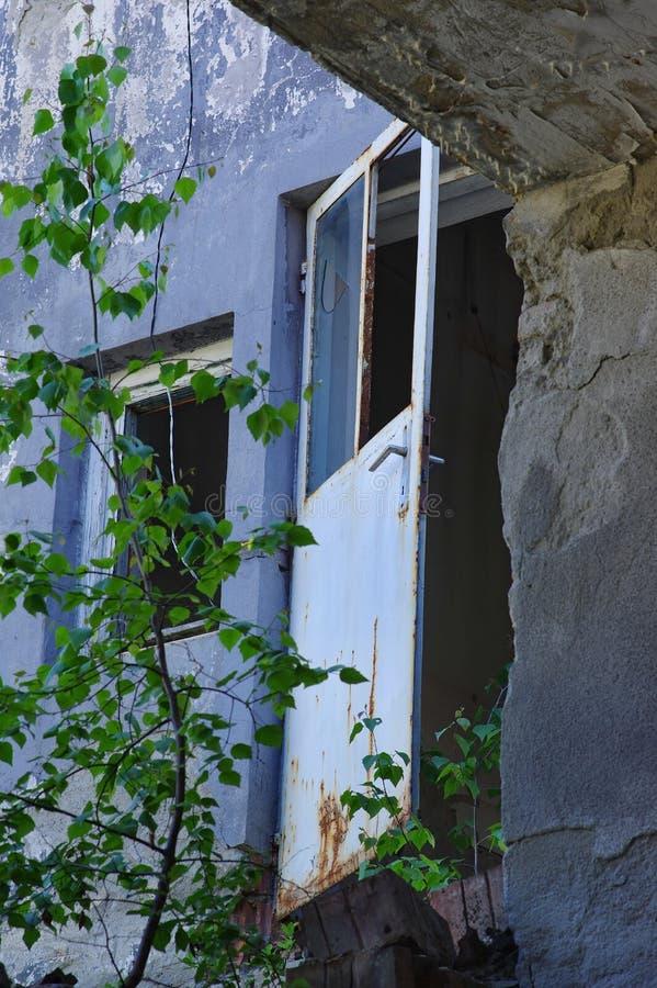 Покинутая промышленная дверь фабрики стоковая фотография rf