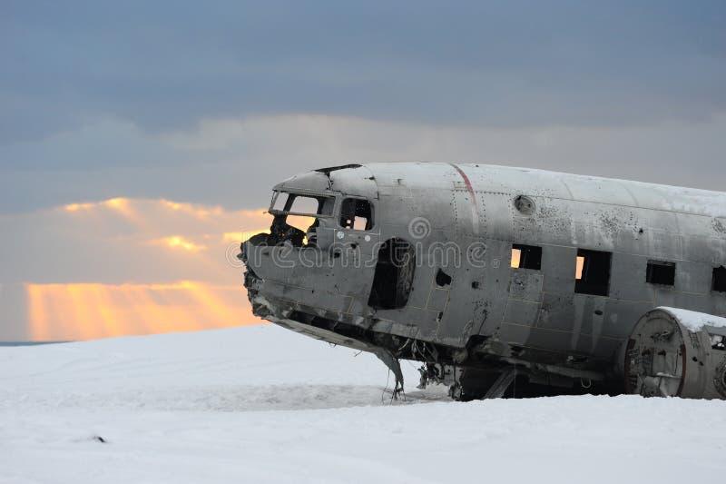 Покинутая плоская левая сторона позади в обширном поле снега, Исландии стоковая фотография rf