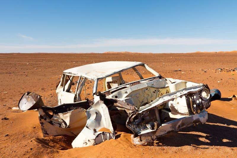 покинутая разрушенная пустыня автомобиля стоковые фото