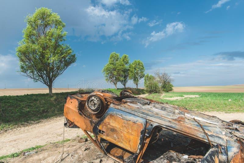 Покинутая ржавая, который сгорели автомобильная катастрофа, стоковая фотография rf