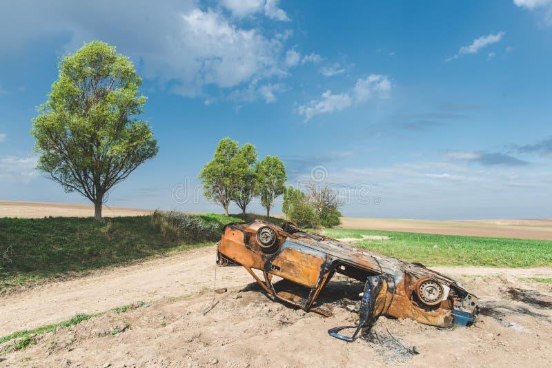 Покинутая ржавая, который сгорели автомобильная катастрофа, стоковое фото