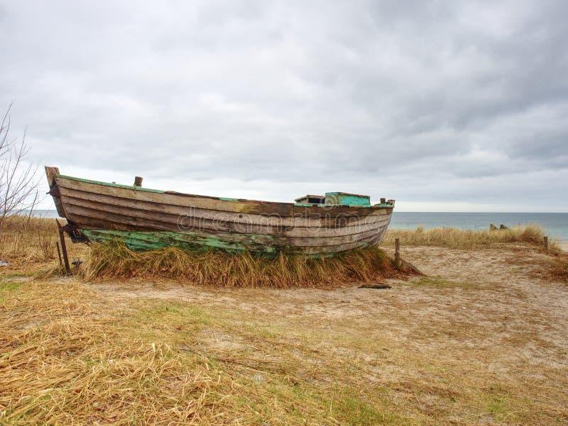 Покинутая рыбацкая лодка на банке моря Залив утра молчаливый в пределах windless стоковые фотографии rf
