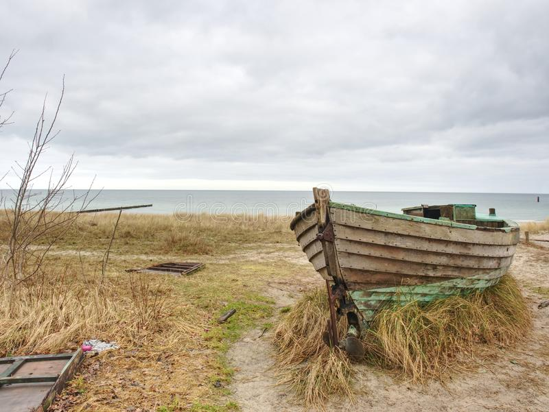 Покинутая рыбацкая лодка на банке моря Залив утра молчаливый в пределах windless стоковое изображение rf