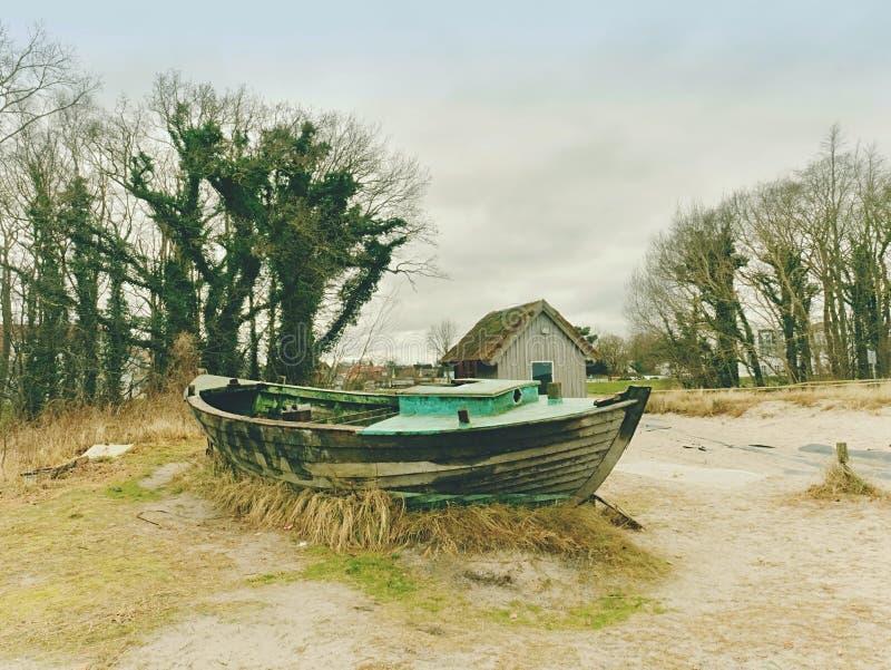 Покинутая рыбацкая лодка на банке моря Залив утра молчаливый в пределах windless стоковые изображения rf