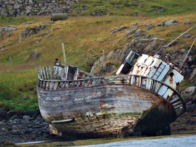 Покинутая рыбацкая лодка в Исландии стоковые фото