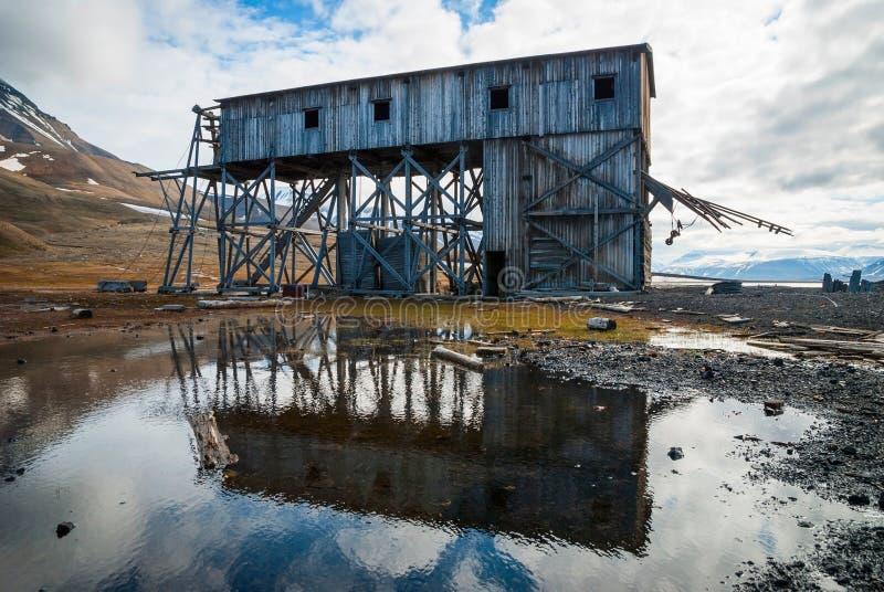 Покинутая станция транспорта угольной шахты в Свальбарде стоковая фотография