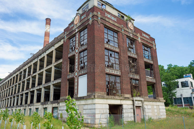 покинутая старая фабрика с сломленными окнами стоковая фотография