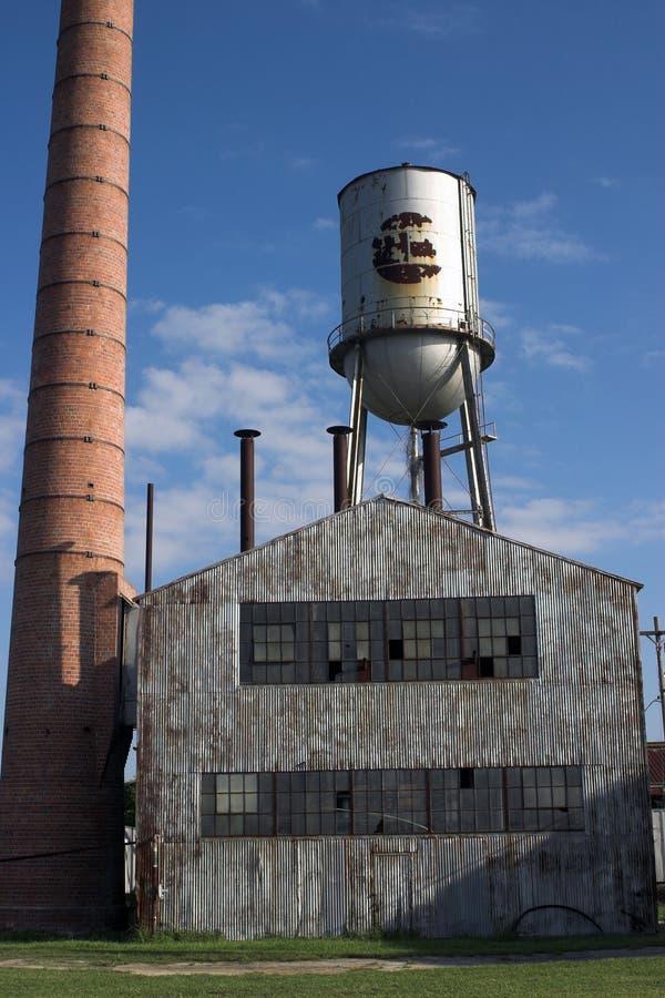 покинутая строя вода башни фабрики печной трубы стоковое изображение rf