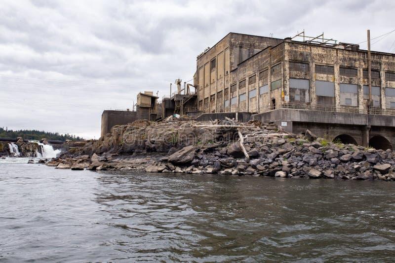 Покинутая фабрика бумажной фабрики стоковые изображения rf
