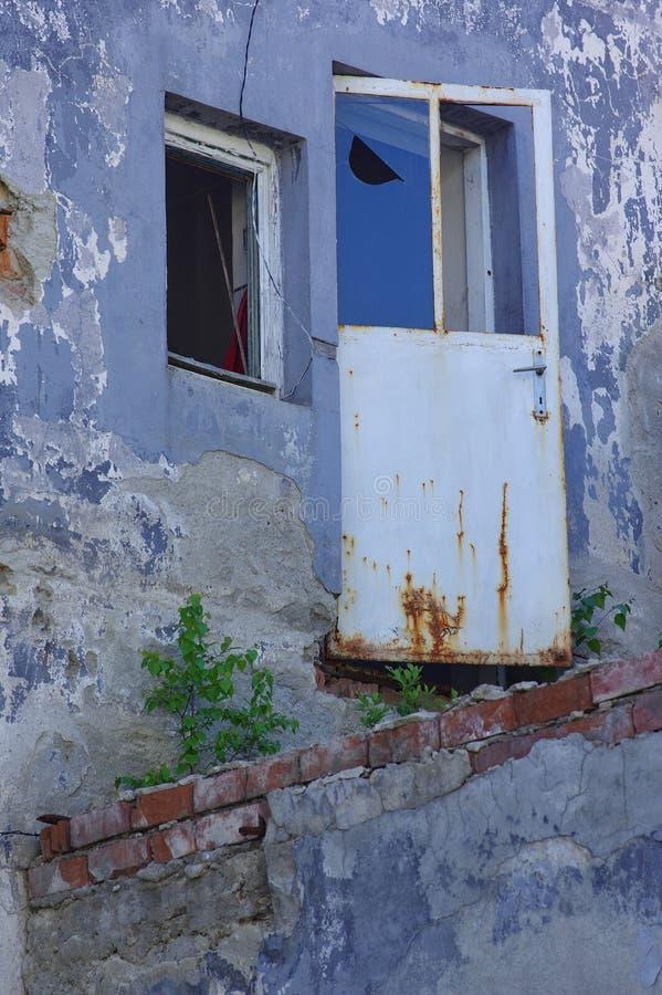 покинутая фабрика двери стоковая фотография rf