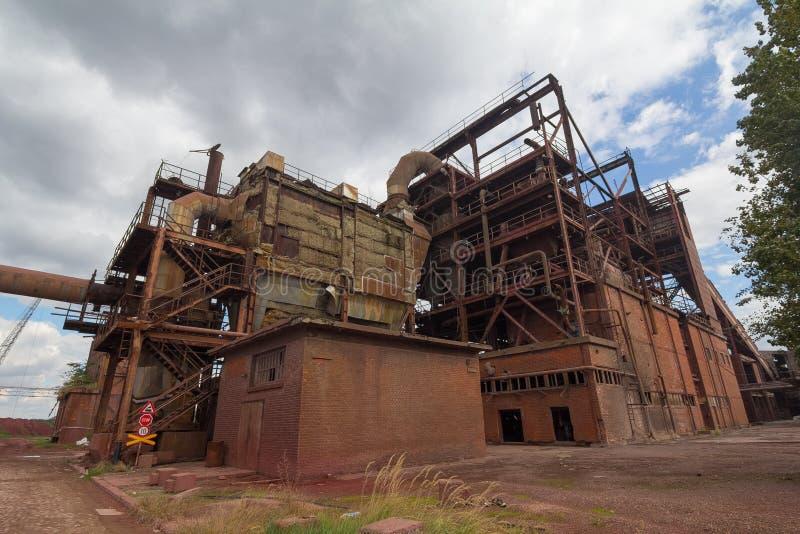 покинутая химическая фабрика стоковые изображения rf